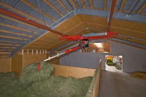 Moderne Heutrocknung mit Luftentfeuchter und Dachabsaugung. Der Stall befindet sich direkt hinter der Heubox. Der Heukran kann durch die gesamte Halle das Futter vorlegen.