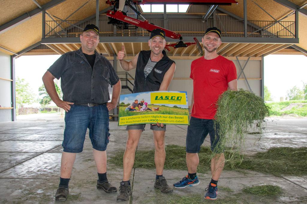 Die Inbetriebnahme bei Harold Dubbink (mitte) wurde von Henk Snuverink (links) und Florian Gollob (rechts) begleitet.